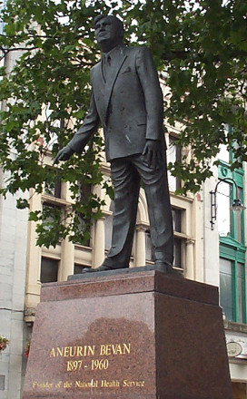 Aneurin_Bevan_statue_Cardiff_20050707